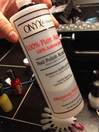 Coge tu removedor o disolvente. Thinner se prefiere por lo que don't get bubbles in your polish.