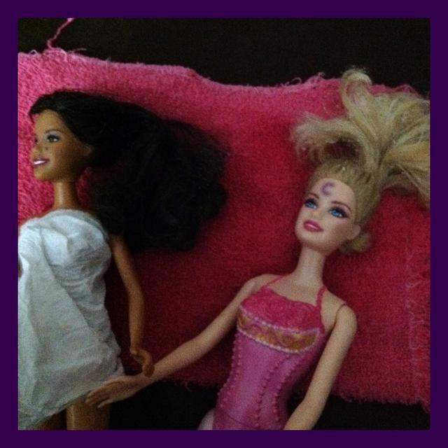 Coloque las muñecas en una toalla vieja. Ello contribuirá a salvar sus muebles de desastre.