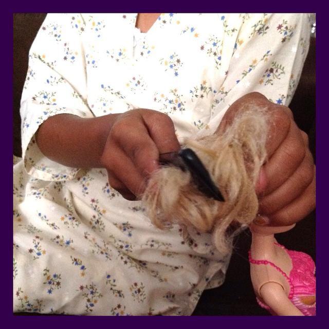 Ella está sosteniendo el cabello para mantener la cabeza de la ruptura y el pelo se salga.