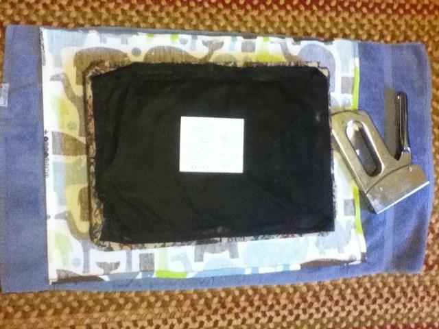 Marque el centro de cada lado tanto en la tela y las heces. Alinear las marcas y las heces con las marcas en la tela.