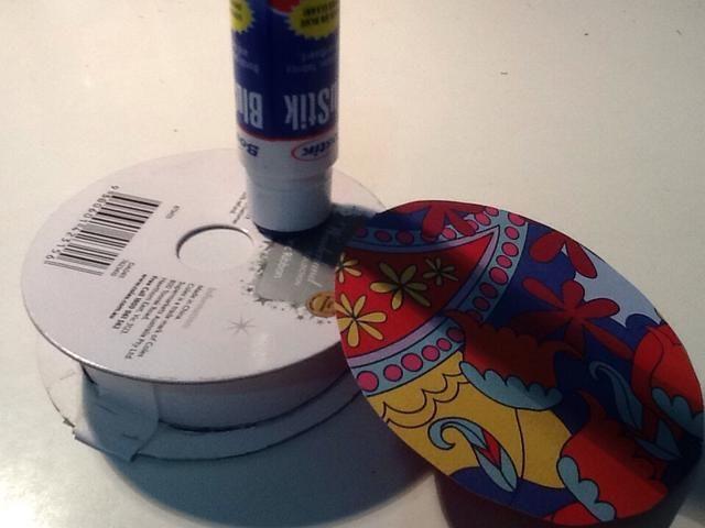 Trazar el carrete de papel alrededor de más modelada y pegamento en la parte superior.