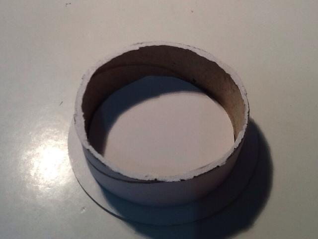 Empuje la plantilla de cartón blanco en la parte inferior del carrete para cubrir el agujero allí, y reforzar.