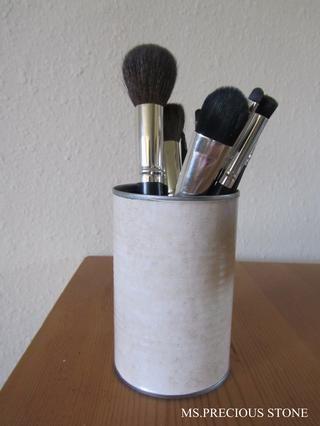 Cortar, pelar y adjuntarlo alrededor de la lata. Aquí está el aspecto final. Yo uso la mía para sostener mis pinceles de maquillaje.