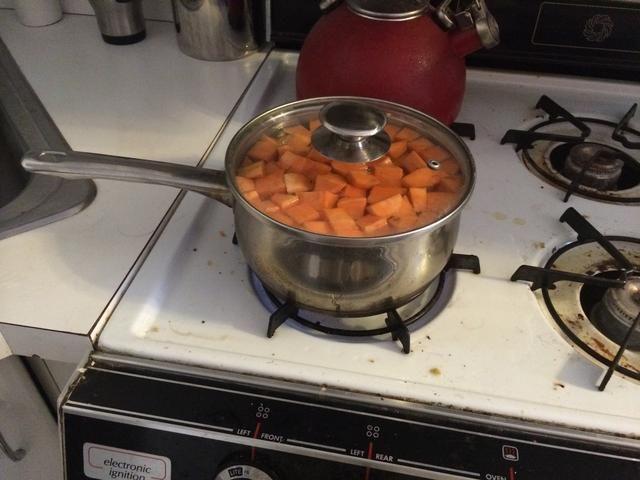 Hervir las patatas dulces hasta que estén suaves, aproximadamente 10 a 12 minutos. Luego drene el agua caliente y establecer las batatas en agua fría durante 2 a 3 minutos (esto detiene el proceso de cocción).