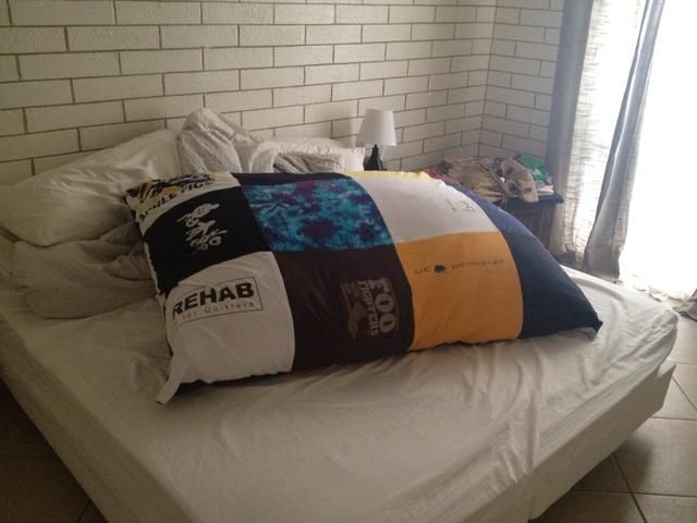 Bolsa Acabado con cubierta de la camiseta. Eso's a king size bed just for perspective.