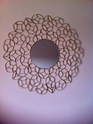 Hecho un patrón y pegado un espejo en el centro, pero ser creativo, usted puede hacer marcos para fotos, obras de arte, que'll find lots of ideas on the internet!