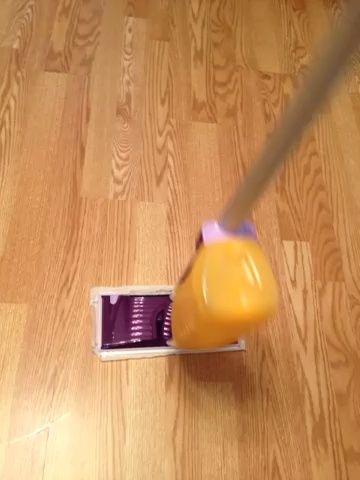 Vuelva a colocar la botella WetJet en su Swiffer Disfrute de sus pisos limpios a una fracción del costo.