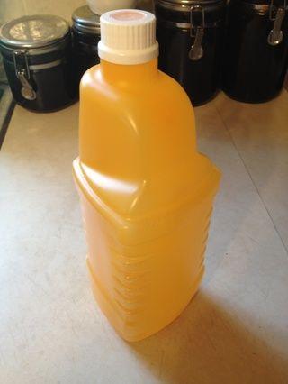 Tome las etiquetas de la botella.