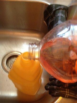 Vierta la solución de limpieza favorito en la botella en sus propias medidas conocidas.
