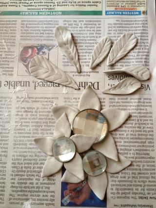 Hacer las flores y las hojas. Ahora espera a que se seque. Trate curvar los pétalos y las hojas para dar un aspecto más natural. ??????????????????