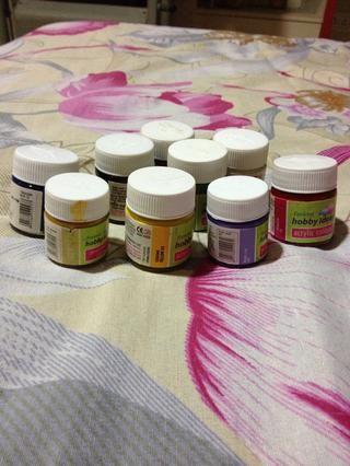 Las pinturas de acrílico. Estoy utilizando púrpura en las flores y amarillo en el fondo.