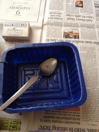 Utilice un tazón y cuchara para hacerlo. Yo prefiero usar una de plástico.
