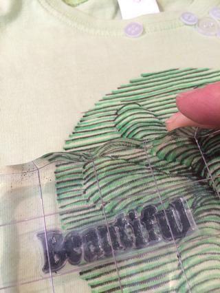 Asegúrese de que su sello está bien cubierto y antes de que se seque el sello a que la tela