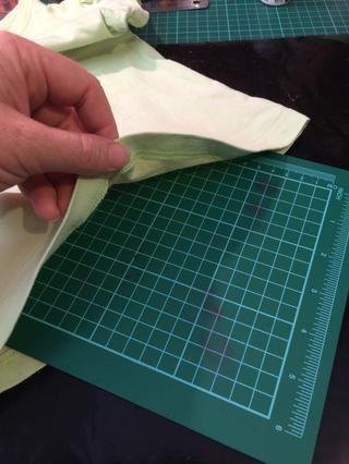 Para proteger la parte posterior de la camiseta de la pintura se filtre a través pongo una pequeña base de corte en el medio. Pero usted podría utilizar papel, papel de horno, etc.