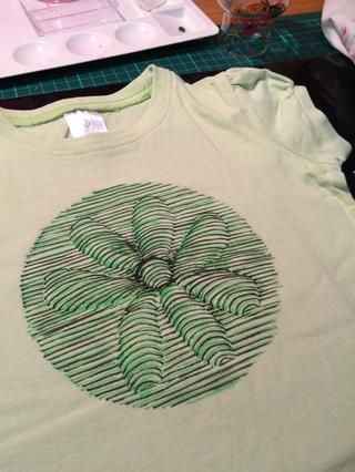 Aquí está la camiseta verde. yo no estaba't happy with some of the line work in the centre so I dressed it up even more