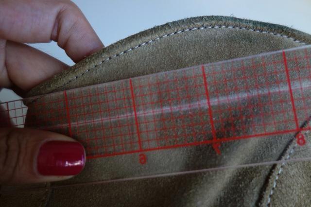 Coge una regla y marcar otra línea de media pulgada por encima de la línea original.