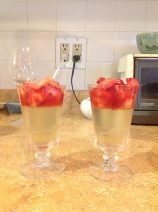Vierta la conserva fresa sobre la gelée y servir. Impresionante.