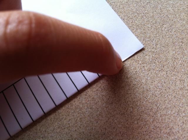 Utilice ur uña / miniatura para presionar hacia abajo más