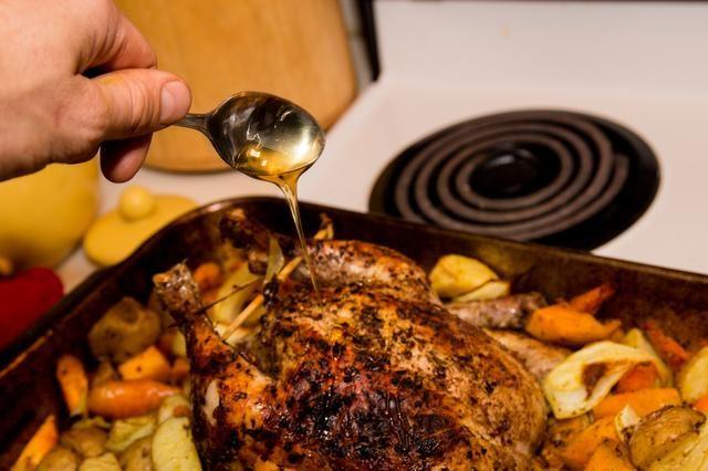Añadir un chorrito de miel sobre el pollo y colocarlo de nuevo en el horno, sin tapar durante 10 minutos