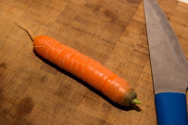 Pelar las zanahorias si son mayores, éstos vinieron directamente de mi jardín y saliente necesaria una limpieza