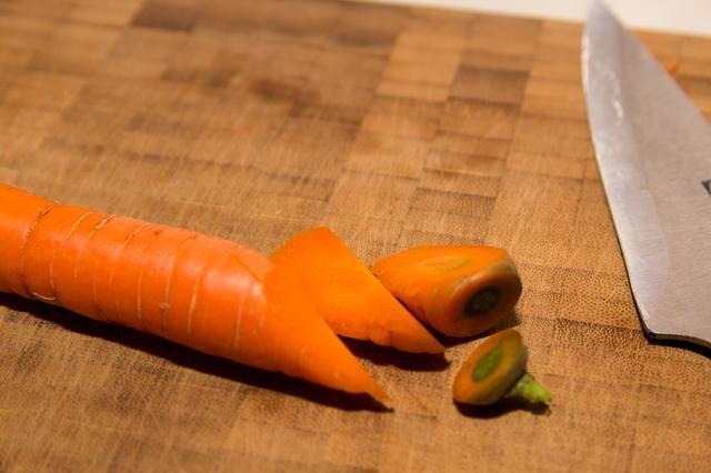 Rollo de la zanahoria 1/4 de vuelta y hacer otro corte de 45 grados.