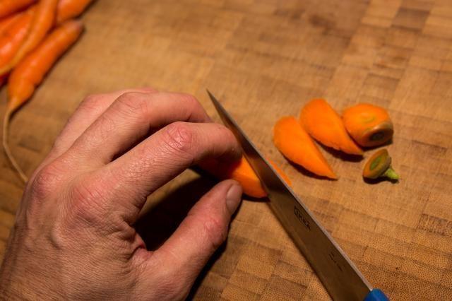 Mantenga a rodar y cortar las zanahorias en trozos de igual tamaño