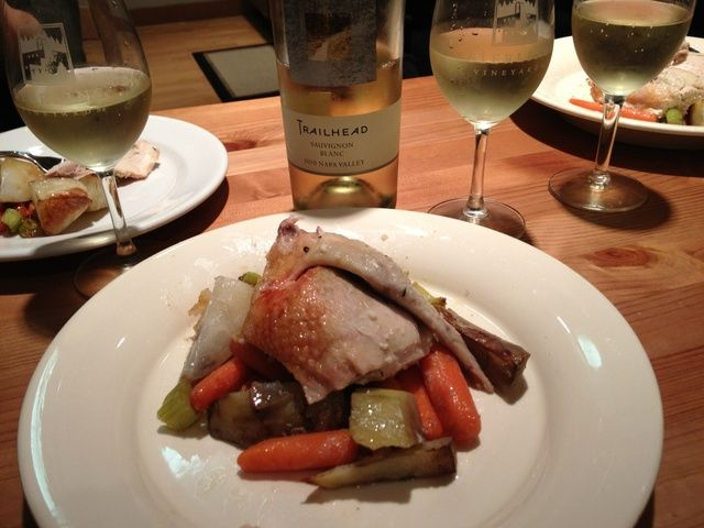 Placa de las verduras primero con el pollo en la parte superior para una buena presentación. Combínalo con una botella de vino blanco.