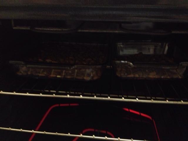 Una vez que el horno se precalienta deslice las bandejas de horno en!