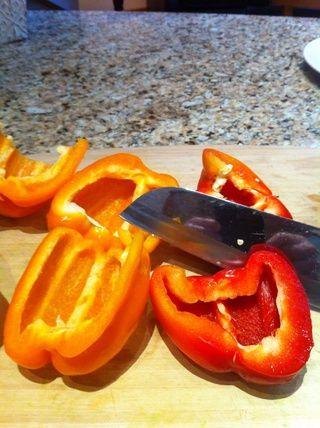 Cortar los pimientos por la mitad y las semillas.