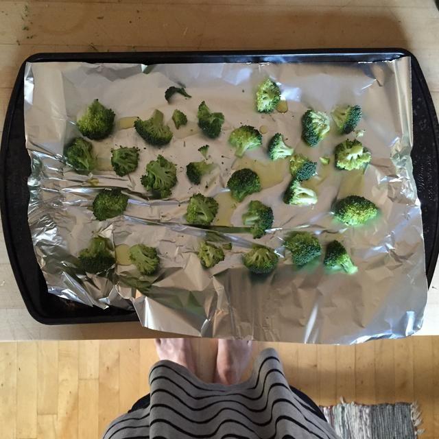 Rocíe el aceite de oliva sobre el brócoli y agregar la sal
