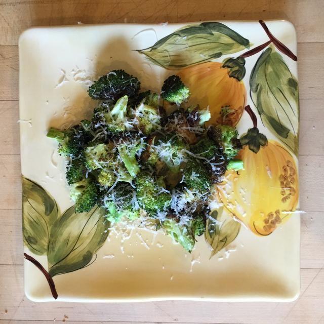 Rallar el queso sobre el brócoli y disfrutar!