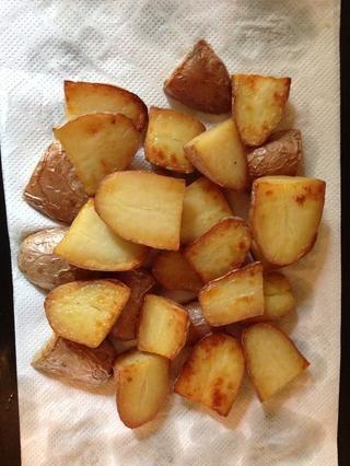en este punto se puede rociar el lado de la piel de las patatas con la mantequilla, el aceite en la bandeja y dejarlos 30 minutos más. fuera del horno z y poner sobre papel de cocina para deshacerse de mantequilla de aceite extra.
