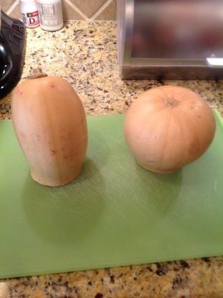 Calabaza suelen ser muy grande. Así que cortar la calabaza por la mitad para que're easier to handle.
