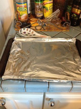 Forrar una bandeja de horno con papel de aluminio.