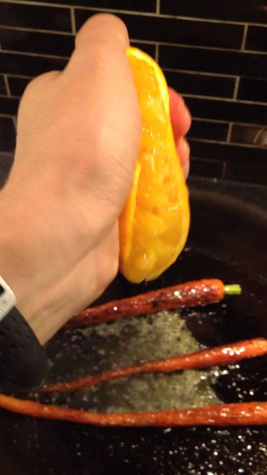 Cuando se hacen las zanahorias Exprima la mitad de la naranja sobre ellos. En este punto también se puede añadir un poco de hojuelas de chile si te gustan agradable un picante.