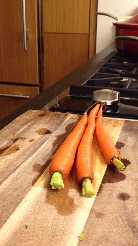Con la ayuda de un cuchillo pequeño para conseguir la suciedad. O simplemente cortar la parte superior fuera