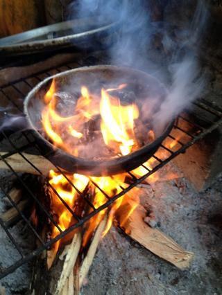 Esta llama hará enfurecer por lo que su arena listo para apagar el fuego. El tiempo de cocción es de unos 10 min. Continúe revolviendo las semillas mientras que asan.
