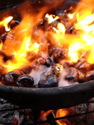 Mi foto favorita. Cuando están bien y asado. Ellos están listos para retirar del fuego. Apagar el fuego utilizando la arena se eliminará cualquier húmedo y detener el proceso de cocción.