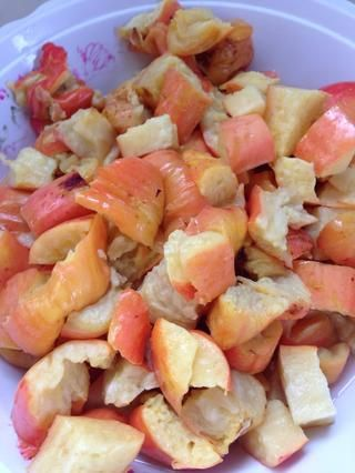 Chuletas de la fruta en cubos. Esta fruta se mancha la ropa así que ten cuidado de no conseguirlo en usted.