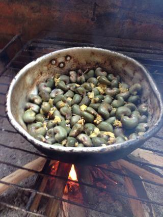 Añadir a una olla de aluminio y comenzar su fuego. El anacardo dentro lanzará desde el shell con el calor. Revuelva nueces de la India a menudo con una cuchara larga o rama
