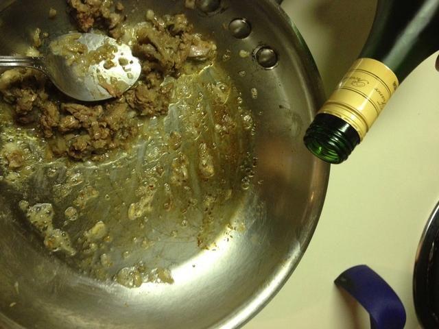 Añadir 2 cucharadas de brandy mientras que la titulación de la sartén para mantenerlo en la esquina. Deje cálida para un poco ...
