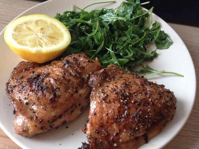 Babear. Esta es una receta básica, pero tiene mucho espacio para poner su propio giro a! Añadir las hierbas, ajo, especias, salsas, lo que flota yer barco. El salvamanteles limón hace que el pollo tan sabroso! ???????????? ¡disfrutar!
