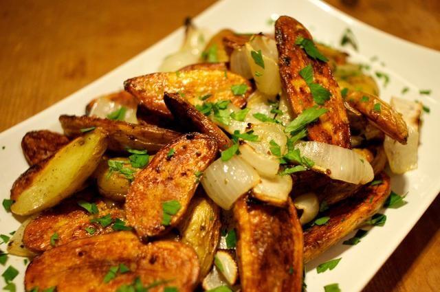 Tome una espátula a eliminarlos de la fuente de horno y Voila - crujiente, llena de sabor y deliciosas patatas asadas alevines. Picar un poco de perejil y espolvorear por encima un poco de aderezo!