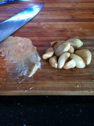 Romper o utilizar clavos de olor. Me gusta romper y añadirlo al puré de papas o mantequilla.