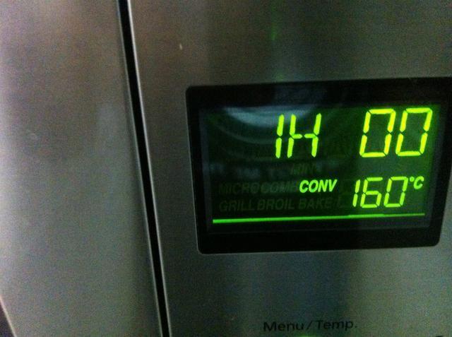 Asar en el horno precalentado durante una hora en 160 C. Mis disculpas sobre la imagen poco roto.