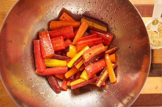 Corte cada zanahoria por la mitad, longitudinalmente. A continuación, corte cada una de las mitades de la mitad. Añadir el aceite de oliva y 2 cucharadas de Mediterráneo Mágico (o cualquiera de nuestro NO OMG y gluten mezclas de condimentos libres). Mezclar bien.