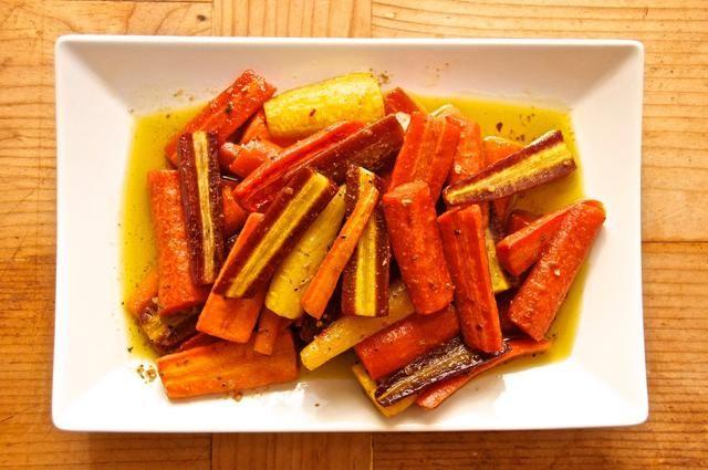 Coloque en el horno y asar 30-35 minutos, o hasta que las zanahorias estén tiernas al tacto. Colóquelos en un plato y asegúrese de verter todo el petróleo que queda en el plato en la parte superior de las zanahorias. Disfrutar...