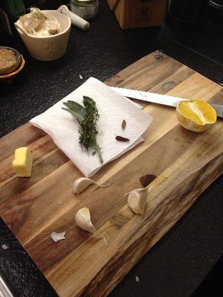 Un poco más de mantequilla, hierbas, ajo, algo picante y un viejo cítricos que pueda tener.
