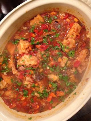 Coma con un poco de sopa de tomate en el lateral.