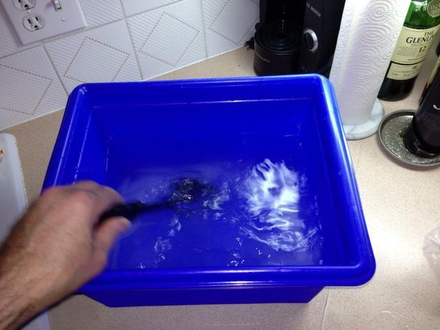Disolver la sal kosher por agitación en agua fría. Puede que tenga que agitar vigorosamente para disolver la sal.